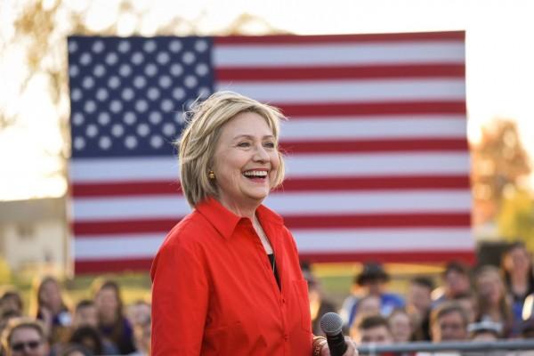 Довольная Хиллари Клинтон