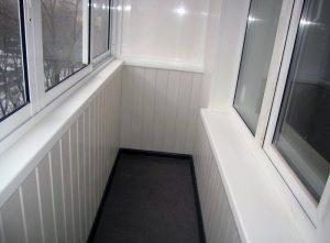 otdelka-balkona-plastikovymi-paneljami-1