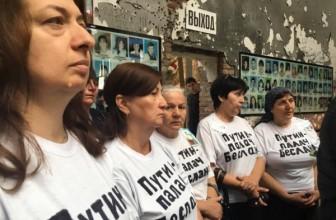В Беслане во время траурной панихиды задержали нескольких матерей заложников — Они устроили акцию протеста