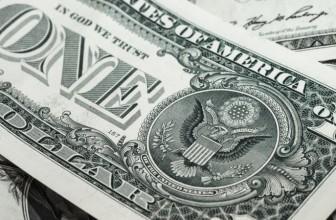 Курс доллара на Мосбирже снизился, евро растет